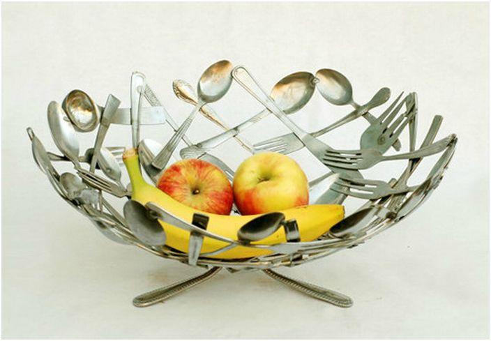 Старите прибори за хранене могат да се използват за направата на прекрасна купа с плодове.