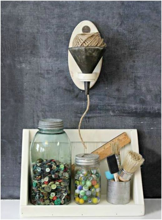 Със стара кухненска лейка, метална чаша и стъклени буркани можете да оборудвате креативния си кът.