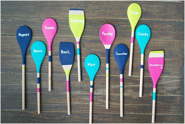 Дървените прибори могат да бъдат превърнати в цветни маркери с имена на растения за градината.