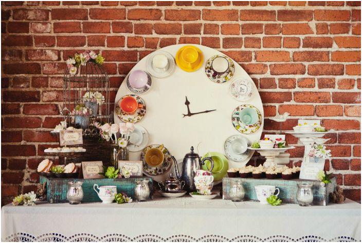 Красив винтидж часовник, изработен от многоцветни керамични чаши.