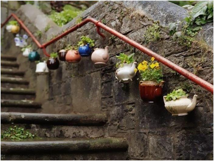 Старите натрошени и напукани чайници могат да бъдат превърнати в очарователни саксии за цветя.