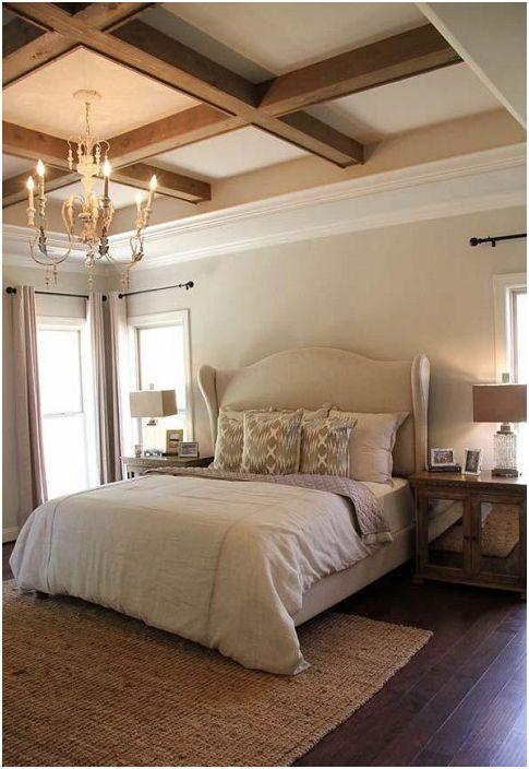 Szalenie piękne drewniane kraty podkreślają osobliwość wnętrza sypialni.