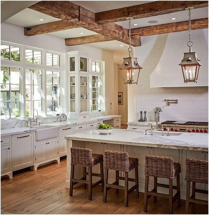 Dekorowanie sufitu drewnianymi belkami i uroczymi lampionami doda pomieszczeniu przestronnej atmosfery.