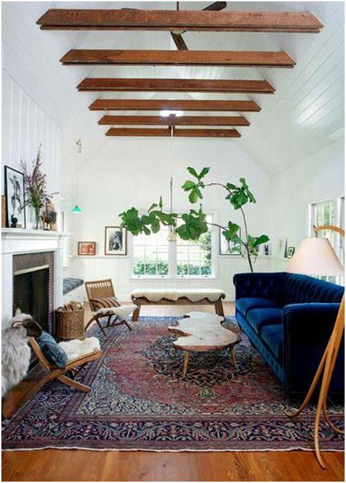 Piękne wnętrze salonu tworzy połączenie zwykłych mebli z drewnianymi belkami na suficie, które są jednocześnie proste i urocze.