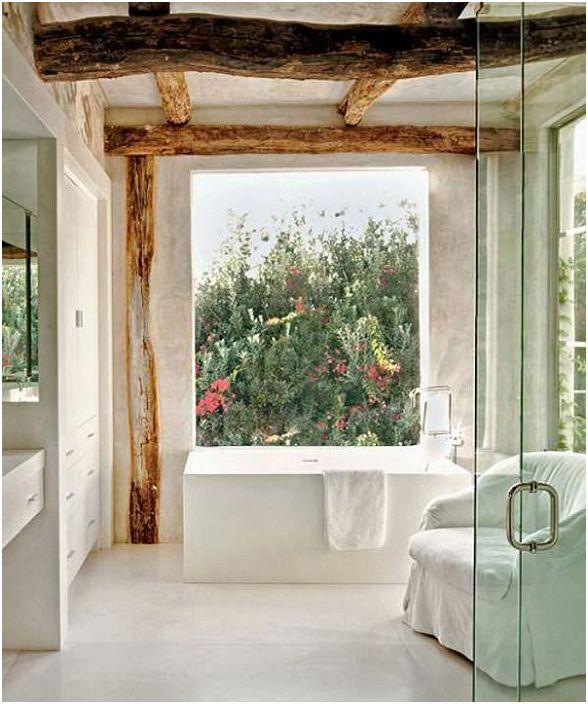 Wspaniała łazienka z odsłoniętymi drewnianymi belkami i wspaniałymi widokami.