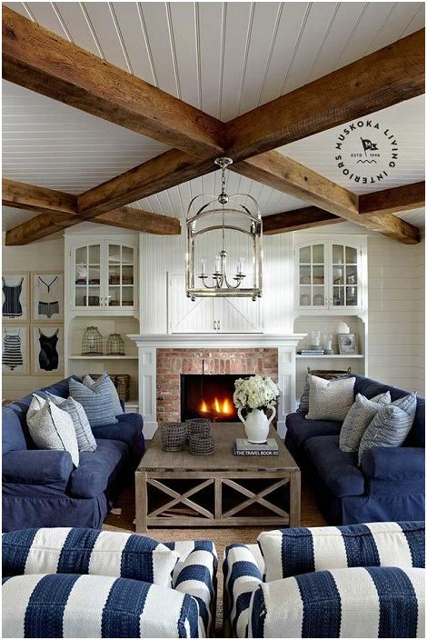 Wnętrze salonu w niebiesko-białej tonacji dopełniają drewniane belki, które idealnie komponują się z wnętrzem.