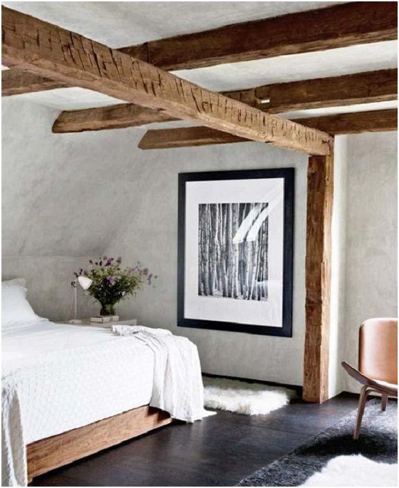Prosta i czysta sypialnia na poddaszu, która jest urocza i przytulna.