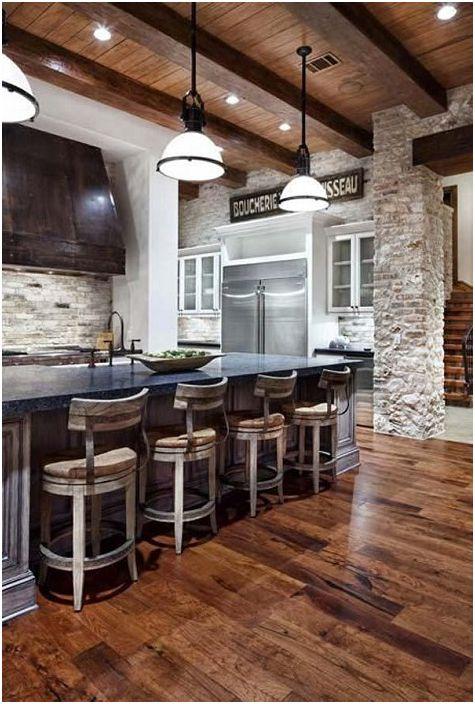Drewniany strop wtapia się w ceglane ściany jadalni, co dodaje pomieszczeniu wyjątkowego uroku.