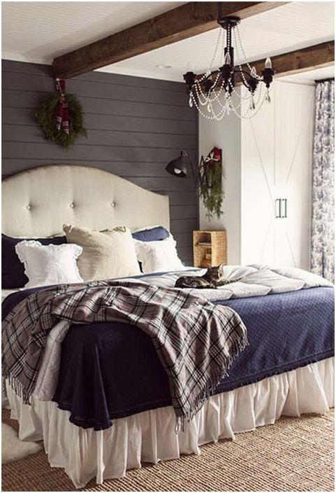 Prosty i piękny projekt sypialni, w którym sufit zdobią drewniane belki.