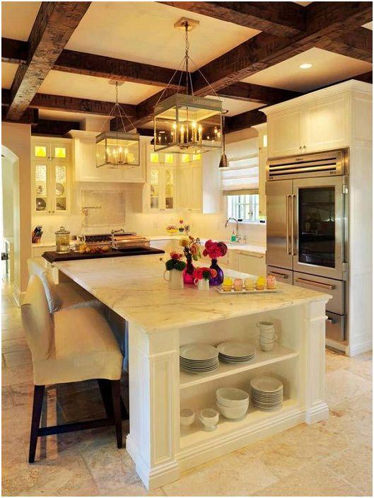 Oszałamiające wnętrze kuchni z drewnianymi belkami stropowymi.