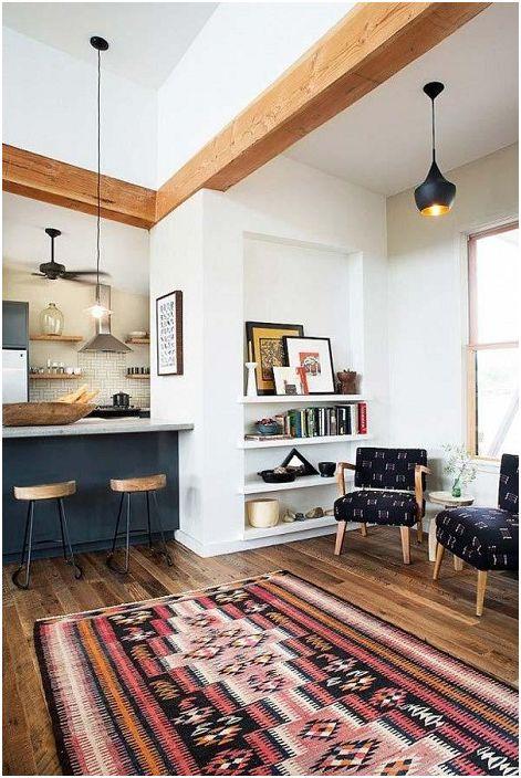 Przestronna atmosfera pokoju z odsłoniętymi drewnianymi belkami to świetna opcja do wyrażania siebie poprzez wnętrze.