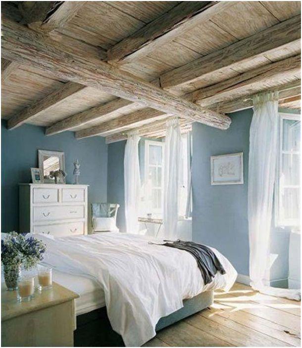 Sypialnia utrzymana jest w pięknej i delikatnej kolorystyce, przekształconej dzięki dekoracji drewnianego sufitu.