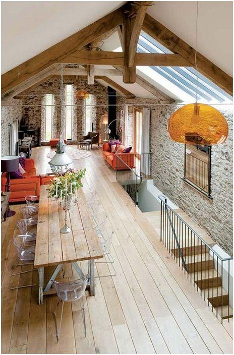 Pokój na dachu z pluszowym poddaszem i odsłoniętymi drewnianymi belkami, które dodają wyjątkowej atmosfery.