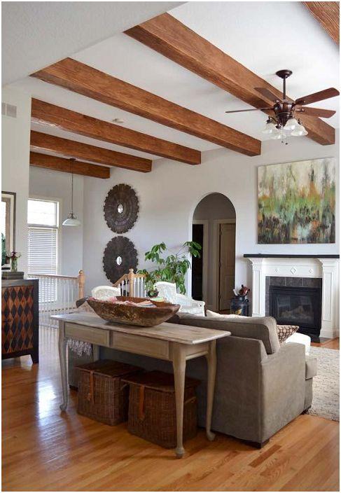 Drewniane belki dopełniają całościowe wnętrze pięknie urządzonego salonu.