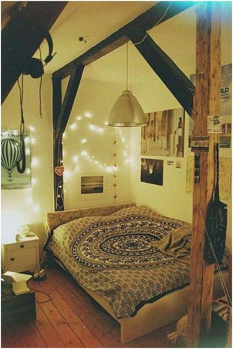 Kameralną oprawę w sypialni dopełniają doskonałe drewniane meble.