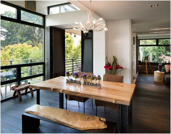 Прекрасная прихожая с люстрой из оленьих рогов - креативное решение для дома.