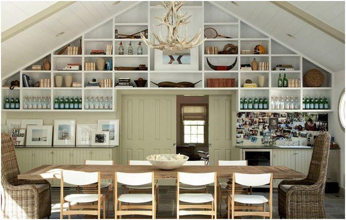 Столовая с декоративными полочками и люстрой из оленьих рогов.