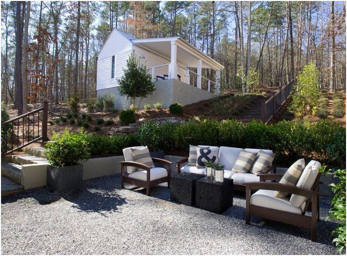 Добър и приятен вариант за декориране на диван сред природата в близост до еднакво красива гора.