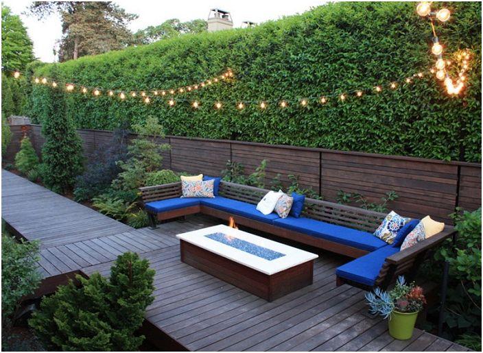 Декорирането на всяко външно пространство около дома ви е възможно с ярко син диван.