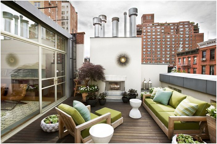 Добър вариант за създаване на отлично настроение на открито или на открито е светлозелен диван.