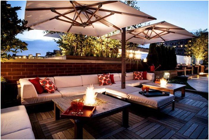 Проектирайте пространство сред природата с дивани и чадъри, които създават по-интимна обстановка.