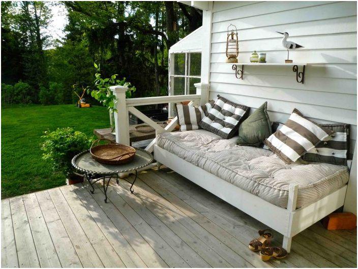 Отличен раиран диван за истински релакс - идеален за приятно забавление.