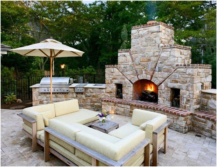 Районът около къщата е облагороден с красиви кремави дивани и камина, която създава уютна атмосфера.