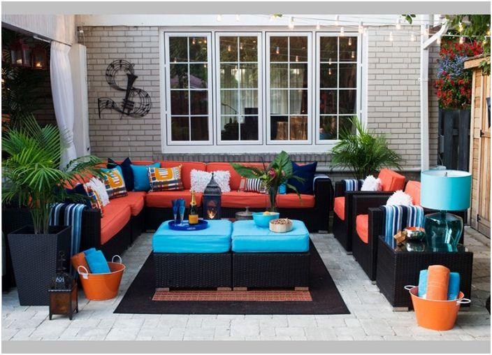 Ярките дивани ще украсят пространството на улицата в близост до къщата и ще създадат домашна атмосфера.