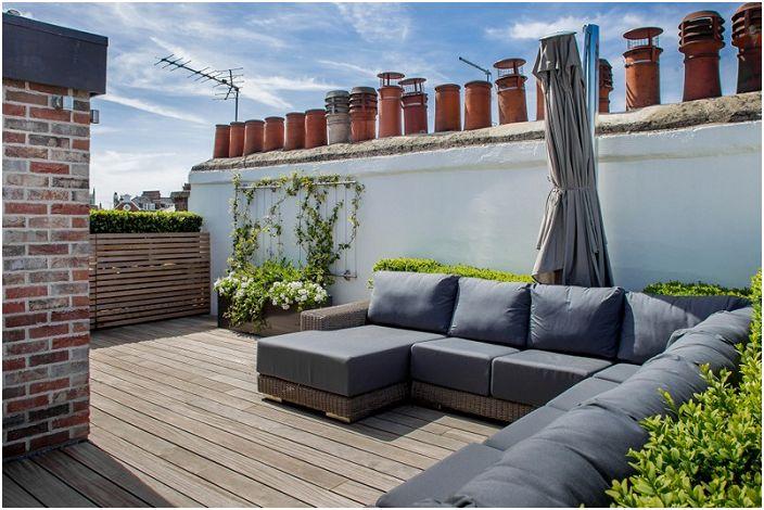 Удобният сив ъглов диван е специално място за почивка във въздуха.