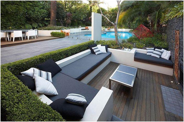 Чудесен вариант за декориране на диван на улицата в черно и бяло, нещо, което всички ще харесат.