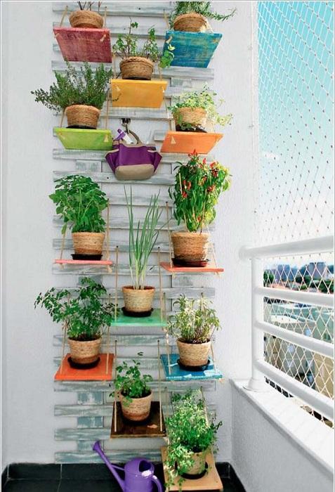 Добър вариант за създаване на мини градина на балкона е свежо и ново решение в дизайна на балкони.