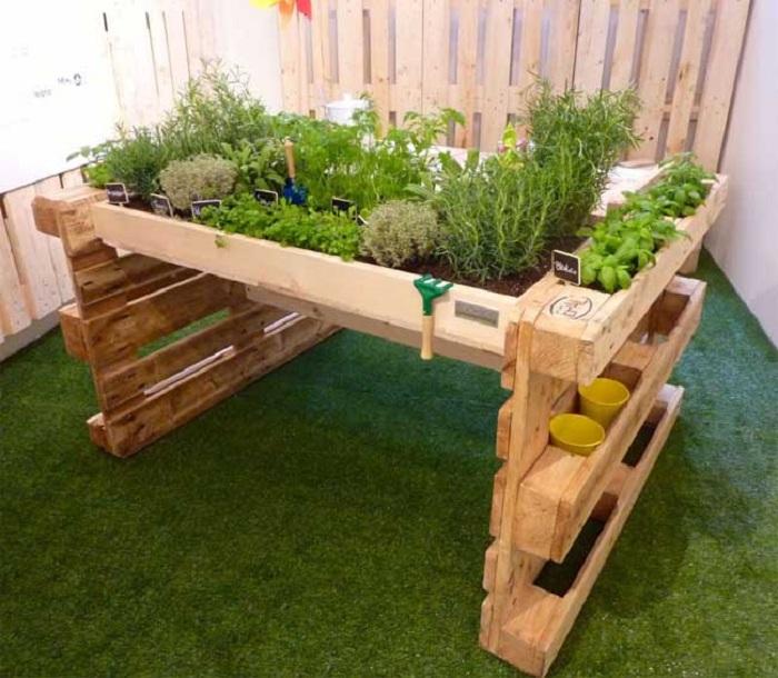 Евро палетите са добър вариант за декориране на мини градина у дома на балкона.