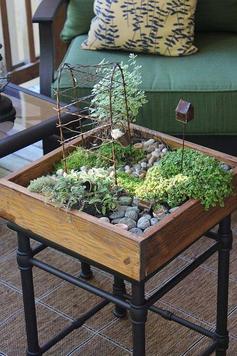 Хубав вариант за създаване на мини градина с крака под формата на декориран стол.
