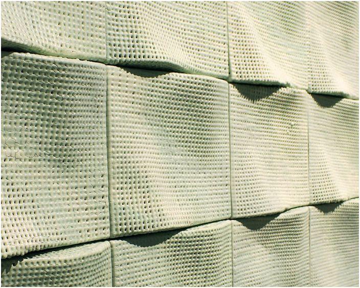 Niestandardowa dekoracja ścienna z pięknymi naturalnymi teksturami, która mogłaby być jeszcze lepsza.
