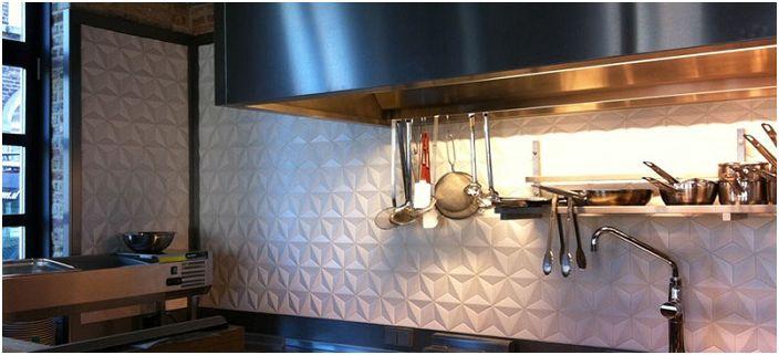 Dekorowanie ściany roboczej w kuchni lekkimi płytkami ceramicznymi doda wnętrzu radości.
