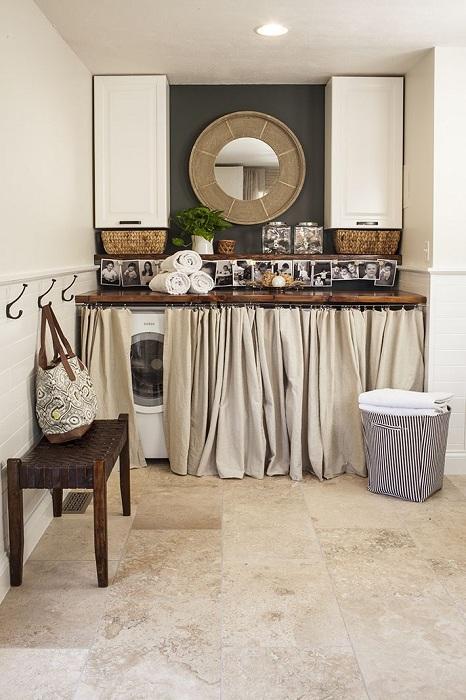 Отличен вариант за декориране на пространството за пране, скрито зад завесата, изглежда много просто и едновременно добро.