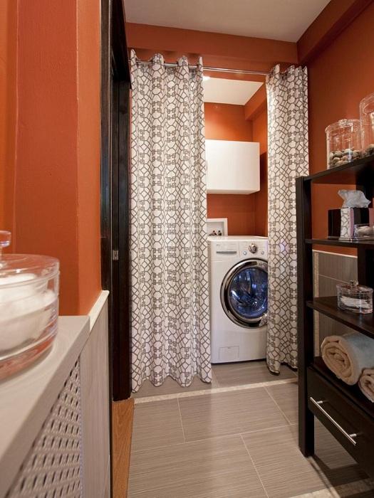 Визуално увеличаване на пространството чрез спестяване на използваемо пространство с помощта на завеси в банята.
