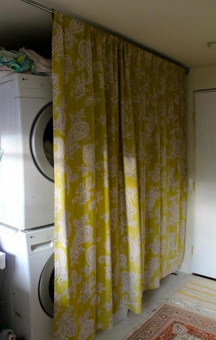 Добро ярко решение за декориране на баня със скрито пространство за пране.