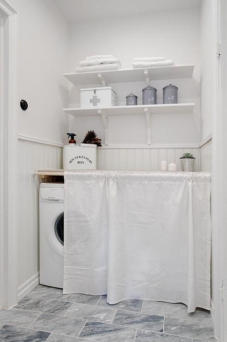 Сива и бяла баня с изискано хрупкаво бяло пространство за пране.