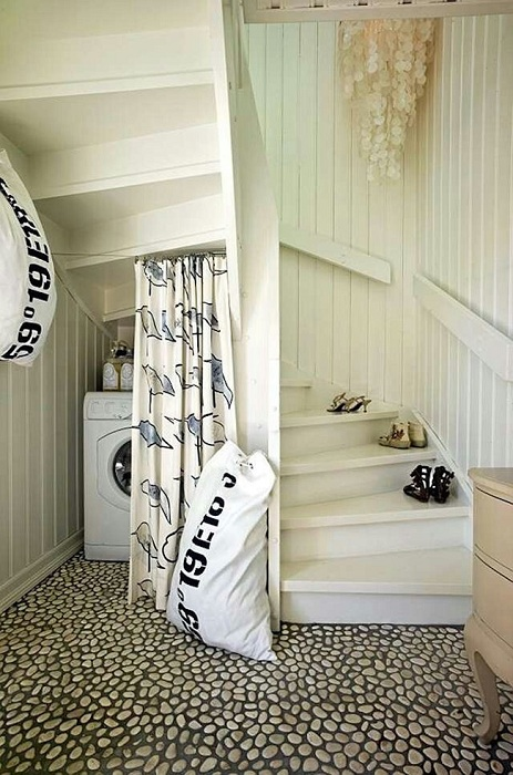 Скритото пространство за пералнята е сгушено под стълбите от втория етаж.