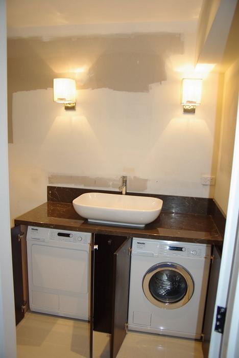 Интересен вариант е да поставите перални машини под мивката, което ще спести място в стаята.