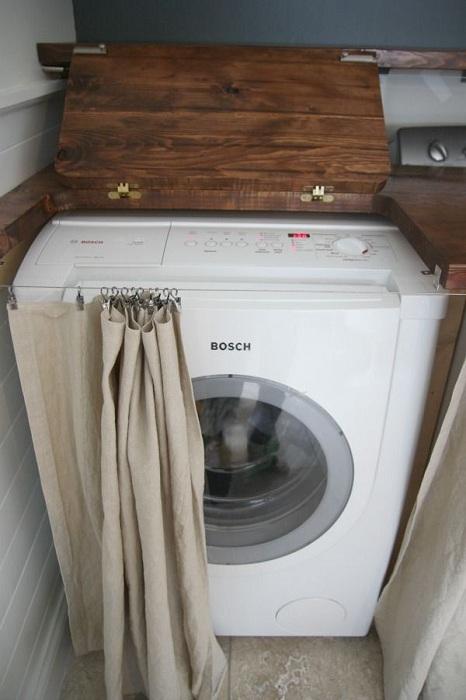 Уединено място за съхраняване на тайните на пространството за пране отгоре - плот, отстрани - завеса.