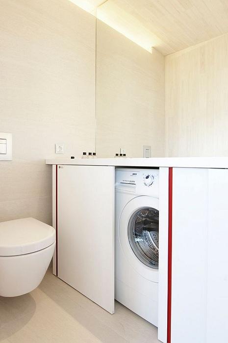 Отличен вариант за декориране на баня чрез скриване на пералнята с плъзгащи се врати.