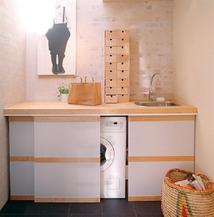 Добър и успешен вариант е пералня, която е скрита в шкаф с мивка.