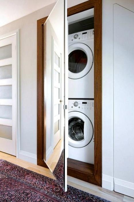 Вратата крие място за пране, което крие две перални машини.