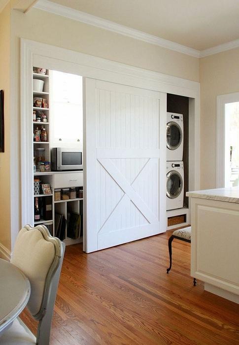 Удобните и интересни врати, които скриват зоната за миене, ще усъвършенстват и подобряват пространството в апартамента.