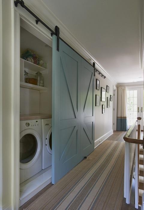 Мястото за пране е скрито зад плъзгащи се врати, които спестяват място в стаите.