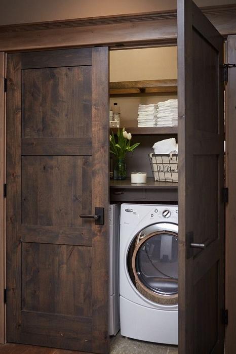 Умният дизайн на зоната за пране е внимателно скрит зад вратите.