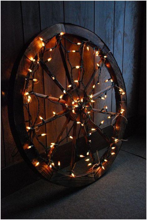 Персонализирана коледна украса е колело, което е украсено с ярки светлини.