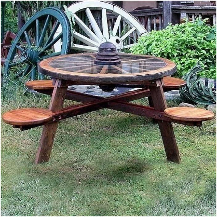 Един от най-добрите варианти за украса на зоната около къщата е да поставите дървени градински мебели там.
